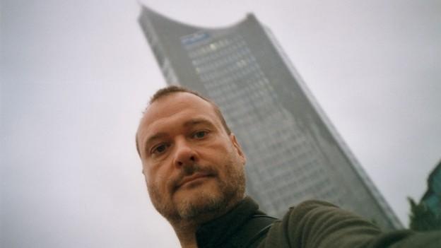 Selbstportrait Andreas Krüger vor dem Uniriesen
